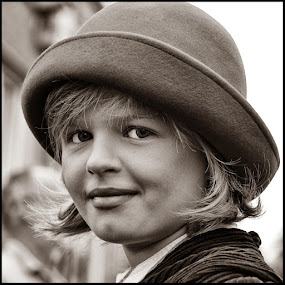 Hoedje by Etienne Chalmet - Black & White Portraits & People ( black and white, street, children, people, portrait )
