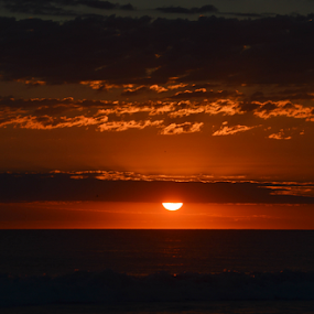 Rayos del sol by Alighieri Rizo - Landscapes Cloud Formations ( sol, playa, mar, hermoso, atardecer, naranja, rayos, rojo )