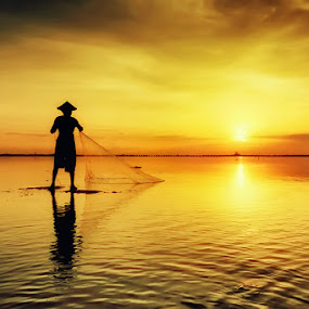 Fisherman Silhouette by Made Suwita - Landscapes Sunsets & Sunrises ( silhouette, beach, fisherman, sun )