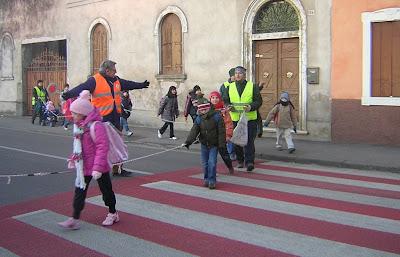 vigili volontari davanti alle scuole