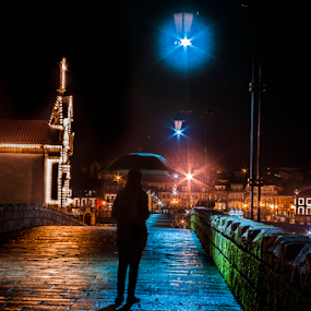 A menina do guarda-chuva by Tempo Cativo Paulo Borges - City,  Street & Park  Street Scenes ( fotografia nocturna, ponte de lima, ponte romana, umbrella, tempo cativo, guarda-chuva, photography )