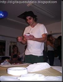 Felipe oferecendo o primeiro pedaço ao pai.