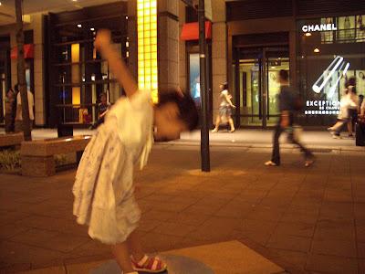Momo在精靈的踏墊上跳舞