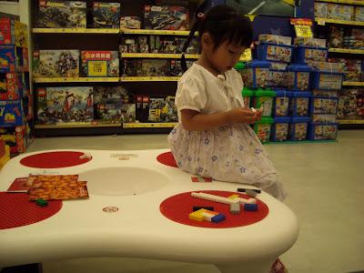 Momo在玩具反斗城安靜地玩積木