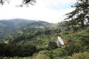 Enorme antena en medio del bosque de Costa Rica