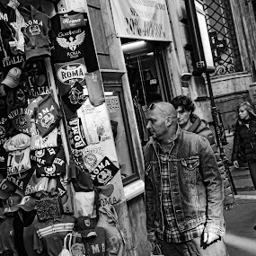 by Samuel Sitompul - People Street & Candids ( hats, blackandwhite, roma, pedestrian, black and white, shops, tourists, street, cityscape, shopping, street photography,  )