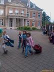 Pancsi a Chateau előtt a bőrönddel