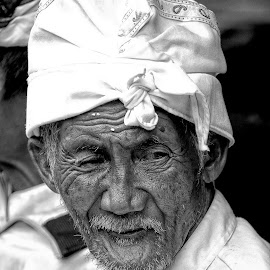 Indonesia Elderly Man by Ferdinand Ludo - People Portraits of Men ( bali, indonesia, spring temple (feb 2014),  )