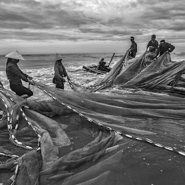 Stage of fishermen by Amateur Pic - People Street & Candids ( sea, vietnam, fishing, net, fisherman, amateurpic )