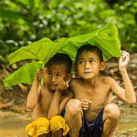 LEAF UMBRELLA by Aad S. Ahmad - Babies & Children Children Candids ( Emotion, portrait, human, people )