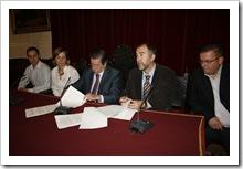 La firma del convenio se realizó en el emblemático Salón de Plenos consistorial.