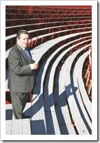 El alcalde, visitando la plaza portátil de Almodóvar del Campo.