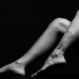 Legs on the dark... by Yohans Jo - People Body Art/Tattoos