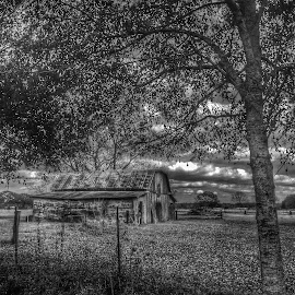 Barn in the storm by Zeralda La Grange - Instagram & Mobile iPhone ( #landscape, #clouds, #nature, #iphone, #blackandwhite )