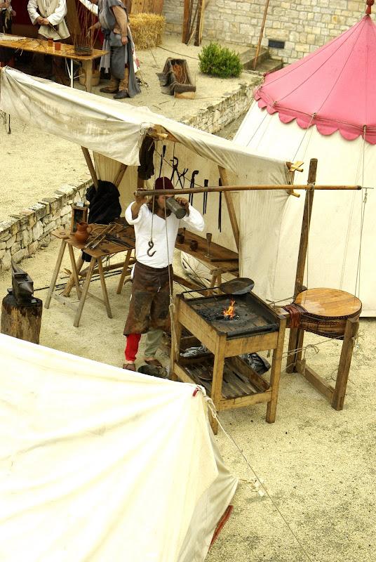 Fête médiévale à Cruas (Ardèche) - Un collègue forgeron dans le camp médiéval. On s'y croirait...