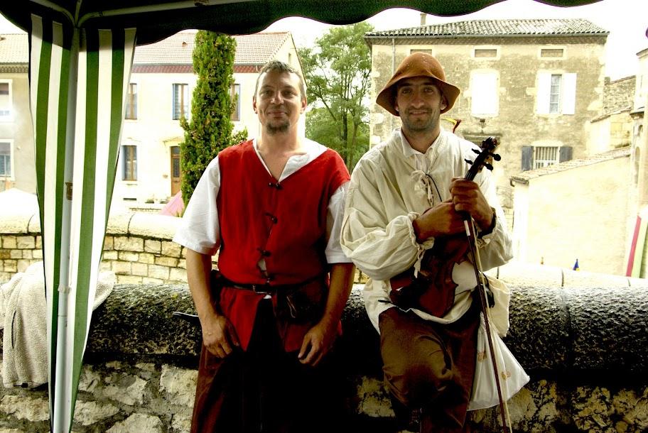 Fête médiévale à Cruas (Ardèche) - Deux punks : un Barbare et un Test'Uskul. Et ils sont beaux !