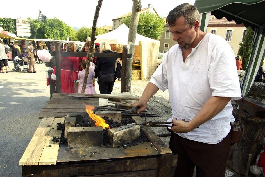 Fête médiévale à Cruas (Ardèche) - Le lendemain, le soleil est revenu. je m'attèle donc à faberiquer un couteau « brut de forge » à partir d'une lame de ressort. C'est ça, la forge : la matière première peut s'avérer être des objets tout à fait innatendus. Et puis, on recycle...