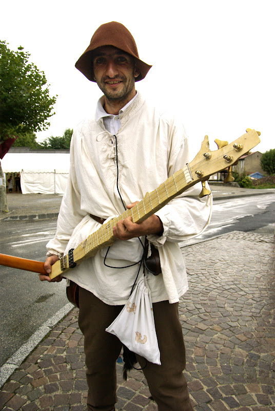 Fête médiévale à Cruas (Ardèche) - Et à l'autre bout de l'évolution, voici le dernier concept de guitare, façonnée directement dans un bout de buis et sans caisse de résonnance... Ils ne seraient pas un peu « punk », ces Baladins et Troubadours ?