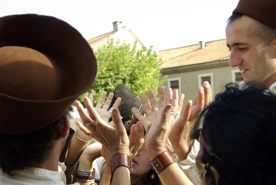 Fête médiévale à Cruas (Ardèche) - …nos musiciens se retrouvent à faire des tours de magie.  Vont-ils réussir ou se retrouver transformés en crapauds ?