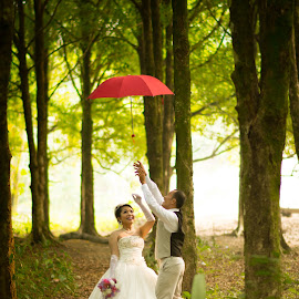 flying umbrella by Yogi Duha - People Couples ( prewedding, couple, bride, people )