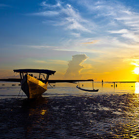 Silence morning by Bastian M - Landscapes Waterscapes ( simple boat, beach at morning, traditional wood boat, sunrise, morning )