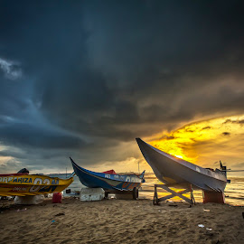 Sunrise at Kiamsam Labuan by Daimasara Abdullah - Transportation Boats
