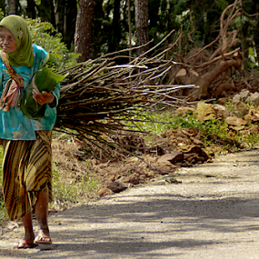 Old woman spirit by Ngatmow Prawierow - People Street & Candids ( old, extreme, hardworking, street, traditional, powerful, women, farmer, woman, indonesia, spirit, old woman, banjarnegara )