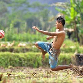 FLY by Sabdo Bintoro - Sports & Fitness Soccer/Association football