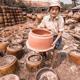 The beauty of soil by Sơn Hải - People Street & Candids ( old, vietnam, labour, soil )