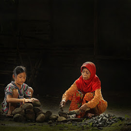 bantu nenek by Ramadhan Bagaskara Arya Parmuka - People Couples ( batu )