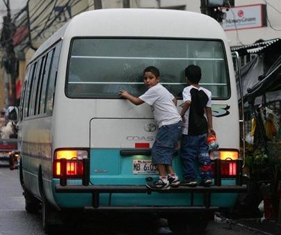 PELIGRO. A pesar de su trabajo estos pequeños encuentran un momento para jugar a las escondidas en la parte trasera  de este microbús del transporte. El trabajo infantil es una de las formas más comunes de explotación en América Latina. Foto de La Prensa, Nilton García