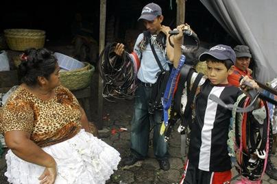 NIÑOS TRABAJADORES. Jervin Sánchez, de 8 años, vende cinchos junto a su padre Carlos Sánchez, de 31 años, en el mercado La Tiendona. Foto de La Prensa, Oscar Leiva