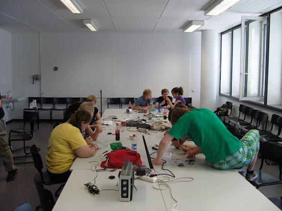 studierende des fachbereichs design loeten mini-radiosender