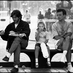 Bushokje  by Etienne Chalmet - People Street & Candids ( child, street, candid, balloon, , Urban, City, Lifestyle )