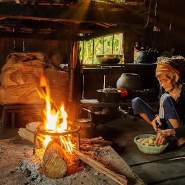 by Vu Khoa - People Portraits of Women ( dinner, woman, poor )