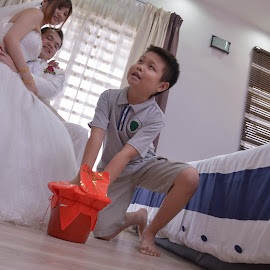Kid also take important part. by Leon Low - Wedding Ceremony