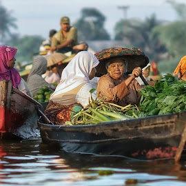 lb7 #s27 by Tt Sherman - People Street & Candids ( market, rowing, floating market, boat, women )