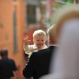 hi mom by Frédéric Deleuse Photographe - Babies & Children Children Candids ( wedding photography, children candid, couple )
