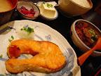【渋谷ランチ】サーモン塩焼と特製もつ煮(吉成)