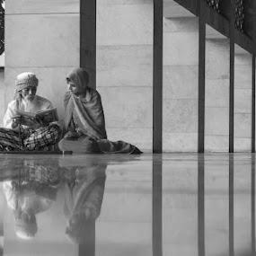 Learning together by Yuni Herawati - Black & White Portraits & People ( black and white, people, portrait )