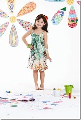 A cartela de cores abrange tons alegres e vibrantes e conta com muitas  peças laranja, rosa e verde. A linha possui peças com um estilo  descontraído, ... 77bf3c06c6