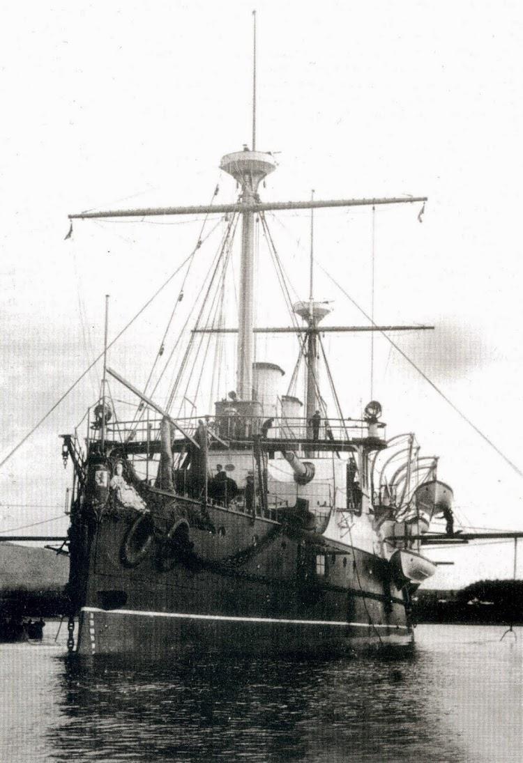 Vista de proa del REINA REGENTE. Se aprecian los cañones Hontoria de 240 mm. Foto del libro El Crucero REINA REGENTE y su Hundimiento el 9 de Marzo de 1895.jpg
