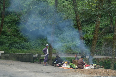 Imagini Bhutan: porumb fiert la colt de drum