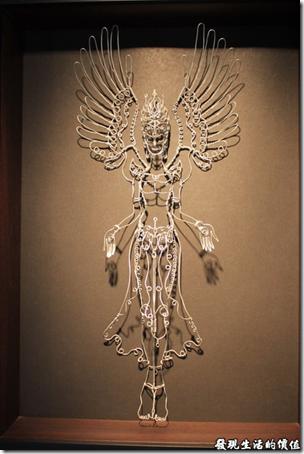 台南新化街役場。這真的是巧思,利用鋁線就可以表面出穿著薄紗若隱若現的下擺長裙,而且還有著一對翅膀的天使。