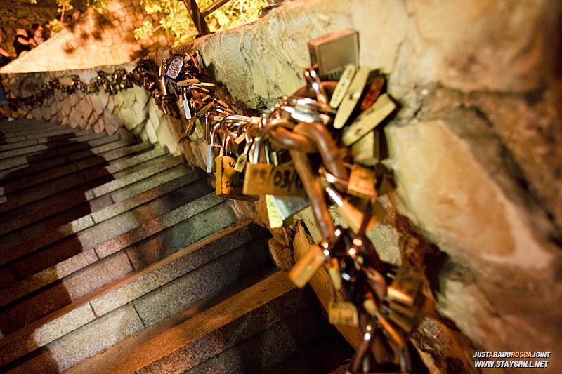 Pe-aici e o traditie cu lacatele.. in principiu un cuplu isi cumpara un lacat, isi scriu numele pe el, si-l leaga de lantul de celalalte lacate insirate de-a lungul scarilor
