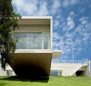 casa con fachada de hormigon  en voladizo