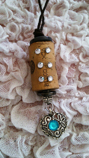 pullon korkeista, itse tehty kaulakoru