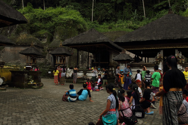 Balinese kids praying at Gunung Kawi Temple