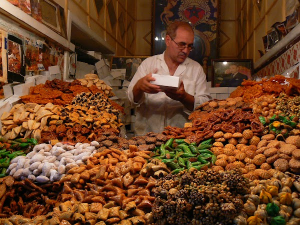 Bazar vanzator dulciuri