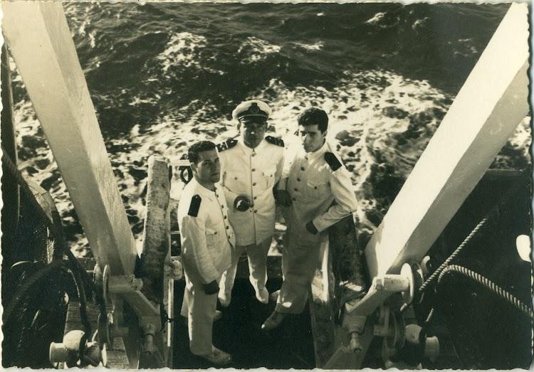 CABO DE BUENA ESPERANZA en navegación. Oficiales del buque. Foto remitida por Angel Maruri Larrabe.jpg